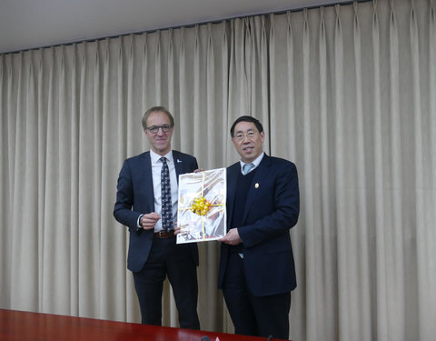 Bezoek aan University of the Chinese Academy of Sciences (UCAS): vlnr. prof. Rik Van de Walle (rector UGent) en prof. WU Yueliang (member of CAS, Vice President of UCAS)