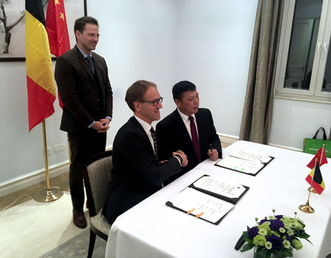 Signing Ceremony International Joint Laboratory with Southwest University: vlnr. Karel Van Hecke (Head of Economic Section, Embassy of Belgium in China), prof. Rik Van de Walle (rector UGent) en prof. Zhang Weiguo (President of Southwest University)