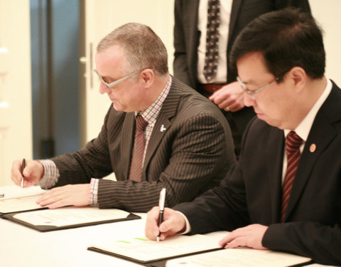 Signing Ceremony International Joint Laboratory with Southwest University: vlnr. prof. Guy Smagghe (Department of Plants and Crops, Faculty of Bioscience Engineering) en prof. Zhang Weiguo (President of Southwest University)