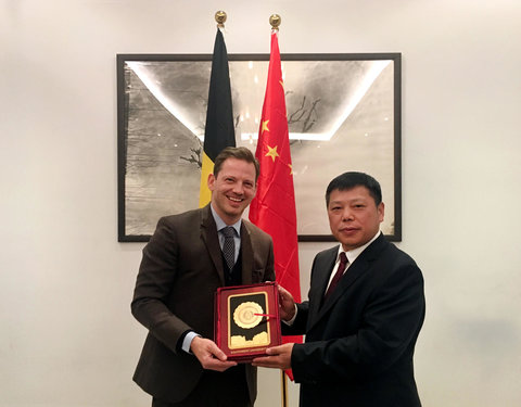 Signing Ceremony International Joint Laboratory with Southwest University: vlnr. Karel Van Hecke (Head of Economic Section, Embassy of Belgium in China) en prof. Zhang Weiguo (President of Southwest University)