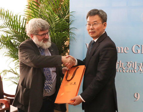Visit to Zhejiang University of Technology (ZJUT): vlnr. prof. Philippe De Meyer (Department of Geography) en prof. LI Xiaonian (President ZJUT)