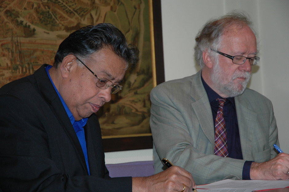 Vlnr. Shri M. R. Jayaram (Chairman Gokula Educational Foundation) en prof. Paul Van Cauwenberge (Rector UGent)
