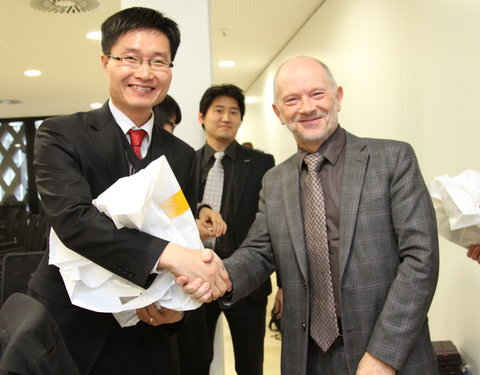 Uitwisseling van geschenken: vlnr. Koo Hyuk Chae (1st Secretary of Education, Science and Technology, Koreaanse ambassade in België) en prof. Luc Moens (vicerector UGent)