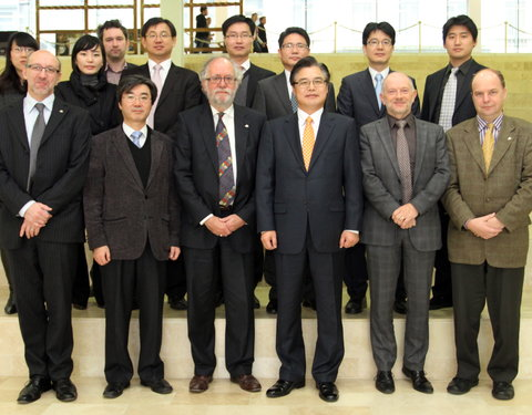 Vlnr. 1ste rij prof. Kristiaan Versluys (directeur Onderwijsaangelegenheden UGent), prof. Youngwoo Yun (University of Incheon), prof. Paul Van Cauwenberge (rector UGent), Pyung-Oh Kwon (Director General, Ministry of Knowledge Economy), prof. Luc Moens (vicerector UGent) en prof. Guido Van Huylenbroeck (decaan faculteit Bio-ingenieurswetenschappen); 2de rij Shin Se Mi (Assistant Director, Ministry of Knowledge Economy), HyeJin Choi (Deputy Director, Ministry of Knowledge Economy), Thomas Buerman (Internationale Betrekkingen UGent), Yoonjong Chun (Commercial Counselor, Koreaanse ambassade in België), Koo Hyuk Chae (1st Secretary of Education, Science and Technology, Koreaanse ambassade in België), JT Kim (Director, Incheon Free Economic Zone Authority), Yongmin Park (Ministry of Planning and Finance) en Min-Geun Song (Project manager assigned to Ghent University, Incheon Free Economic Zone Authority)