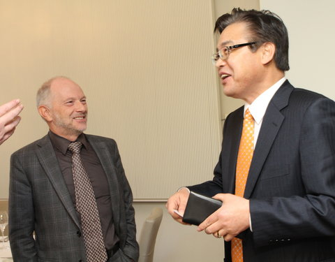 Vlnr. prof. Luc Moens (vicerector UGent) en dhr. Kwon Pyung-Oh (Director General Ministry of Knowledge and Technology)