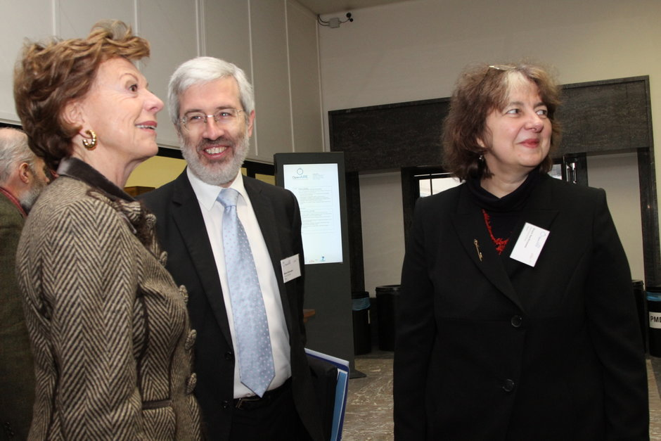 Vlnr. Neelie Kroes (vice-president van de Europese Commissie en Europees commissaris voor digitale media), Mario Campolargo (Europese Commissie) en Sylvia Van Peteghem (hoofdbibliothecaris Universiteitsbibliotheek)
