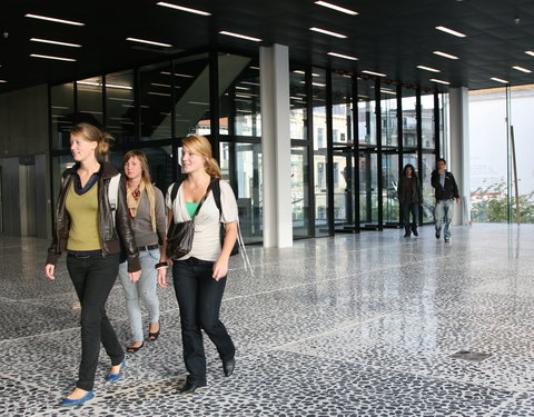 Studenten in de foyer van het Universiteitsforum