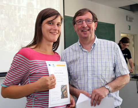 Uitreiking certificaten 'Summerschool Health and Migration' door prof. Guy Vanderstraeten (decaan faculteit Geneeskunde en Gezondheidswetenschappen)