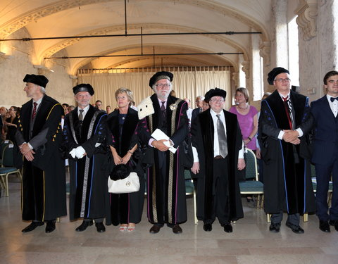 Vlnr. prof. Freddy Mortier (vicerector-elect), prof. Luc Moens (vicerector), prof. Anne De Paepe (rector-elect), prof. Paul Van Cauwenberge (rector), prof. Harvey Friedman (eredoctor), prof. Andreas Weiermann (promotor) en Loïc Thaler (Urgent.fm)