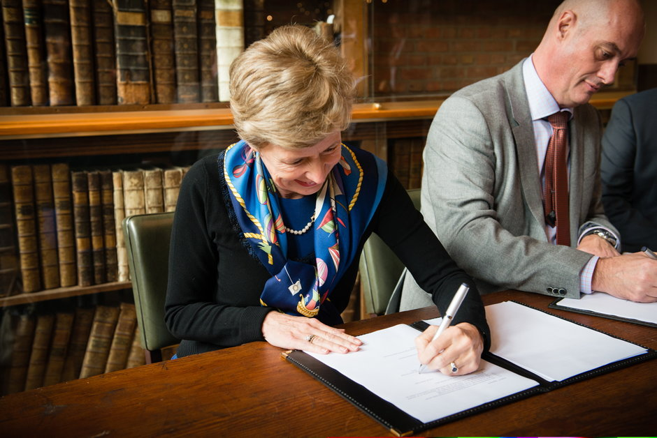 Ondertekening overeenkomst tussen UGent en Securex: vlnr. prof. Anne De Paepe en Luc Deflem (Chief Executive Officer, Securex)