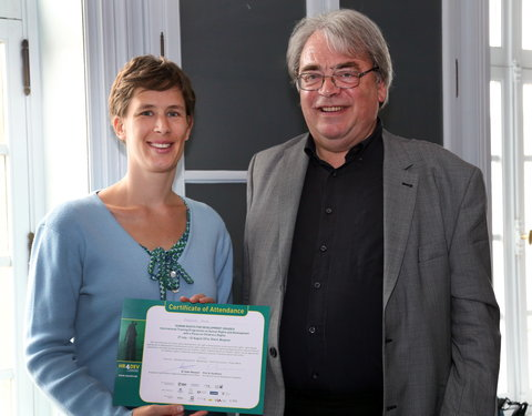 Uitreiking certificaat door prof. Marc Van Houcke (directeur Doctoral School of Arts, Humanities & Law)