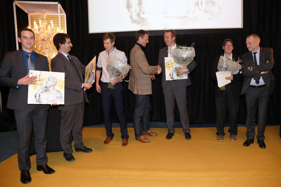 Uitreiking prometheusonderscheiding voor onderzoek: vlnr. prof. Lennart Martens (laureaat), prof. Nico Boon (laureaat), Jan Arends, Bart Hommez, prof. Filip Du Prez (laureaat), prof. Jan Tavernier en prof. Freddy Mortier (vicerector UGent)