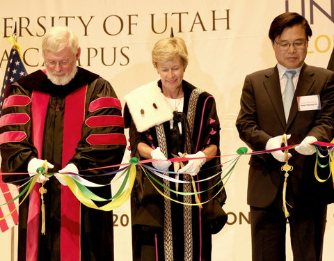 Vlnr. prof. David W. Pershing (President The University of Utah), prof. Anne De Paepe (rector UGent)