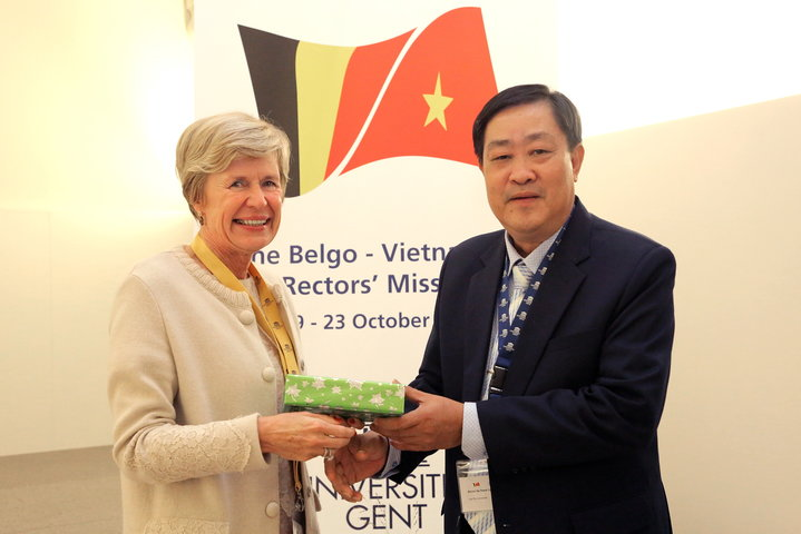 Vlnr. prof. Anne De Paepe en prof. Ha Thanh Toan (rector Can Tho University)