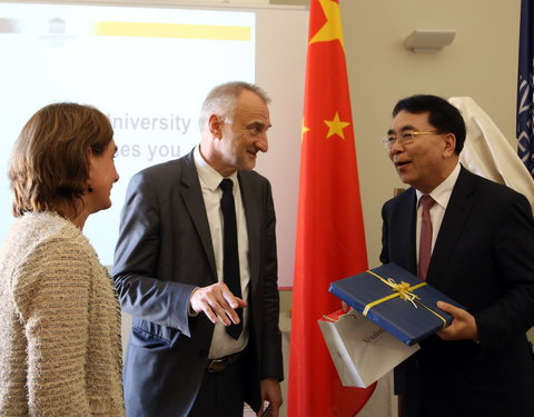 Vlnr. Inge Mangeschots, prof. Freddy Mortier (vicerector UGent) en prof. BAI Chunli (President of Chinese Academy of Sciences)