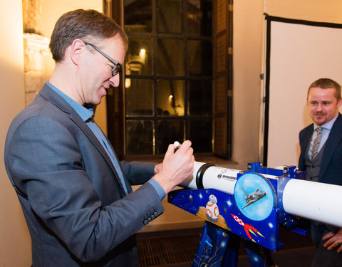 Ondertekenen telescopen in kader van project 'Science4Girls' door prof. Rik Van de Walle (rector UGent)