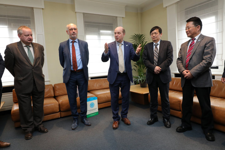 Vlnr. prof. Marc Boone (Dean LW), prof. Luc Taerwe (Director China Platform), prof. Guido Van Huylenbroeck (Vice President Internationalisation UGent), Shen Long (Counselor for Science and Technology, Chinese Embassy Belgium) en MOU Zhenjiang (Vice President Xinjiang Branch of CAS)