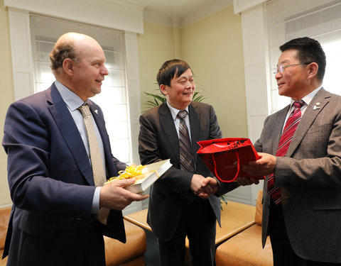 Vlnr. prof. Guido Van Huylenbroeck (Vice President Internationalisation UGent), Shen Long (Counselor for Science and Technology, Chinese Embassy Belgium) en MOU Zhenjiang (Vice President Xinjiang Branch of CAS)